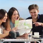 Drei_junge_Leute_mit_Stadtplan_von_panthermedia
