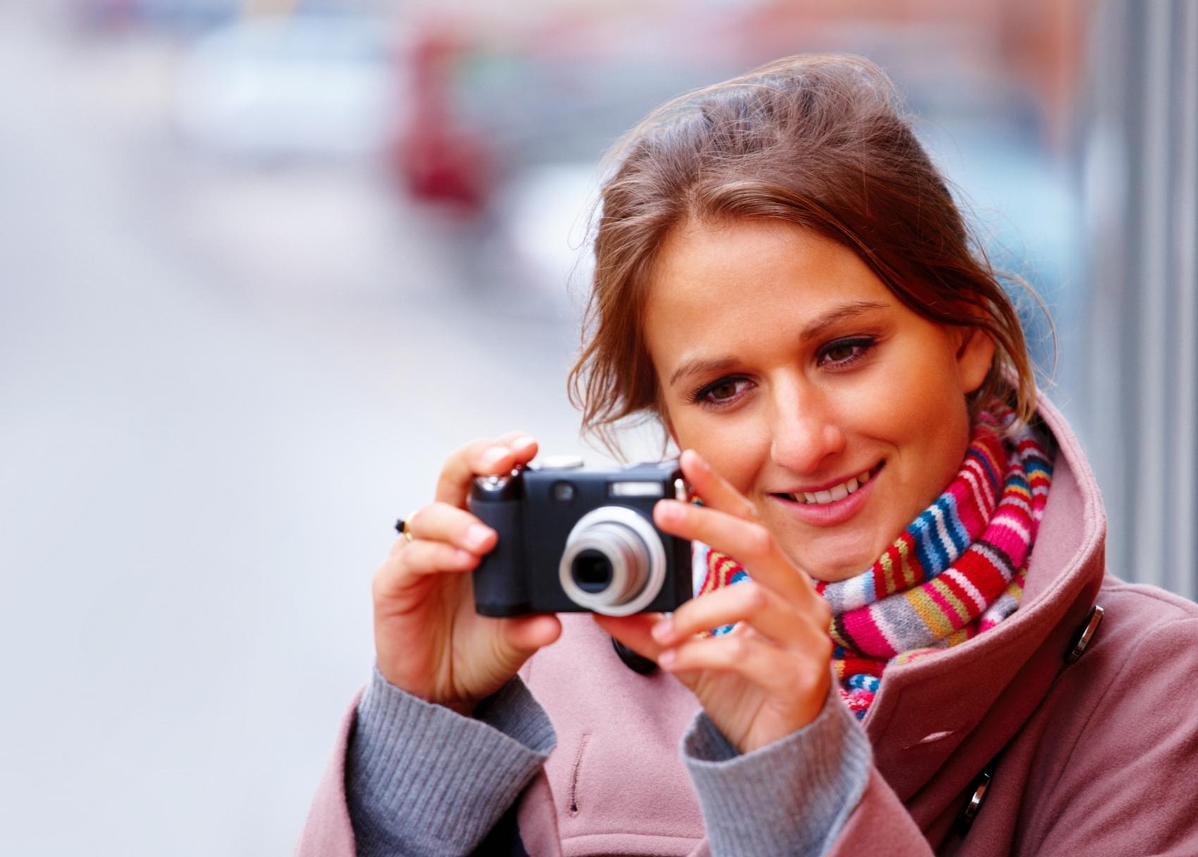 Frau_beim_Fotografieren__von_panthermedia